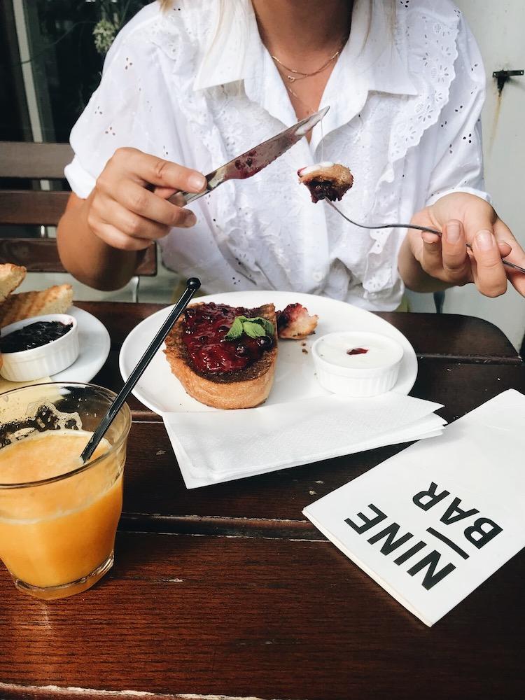 Een overheerlijk ontbijtje bij Nine Bar. Hier vergeet je even je verplichtingen en kun je echt genieten.