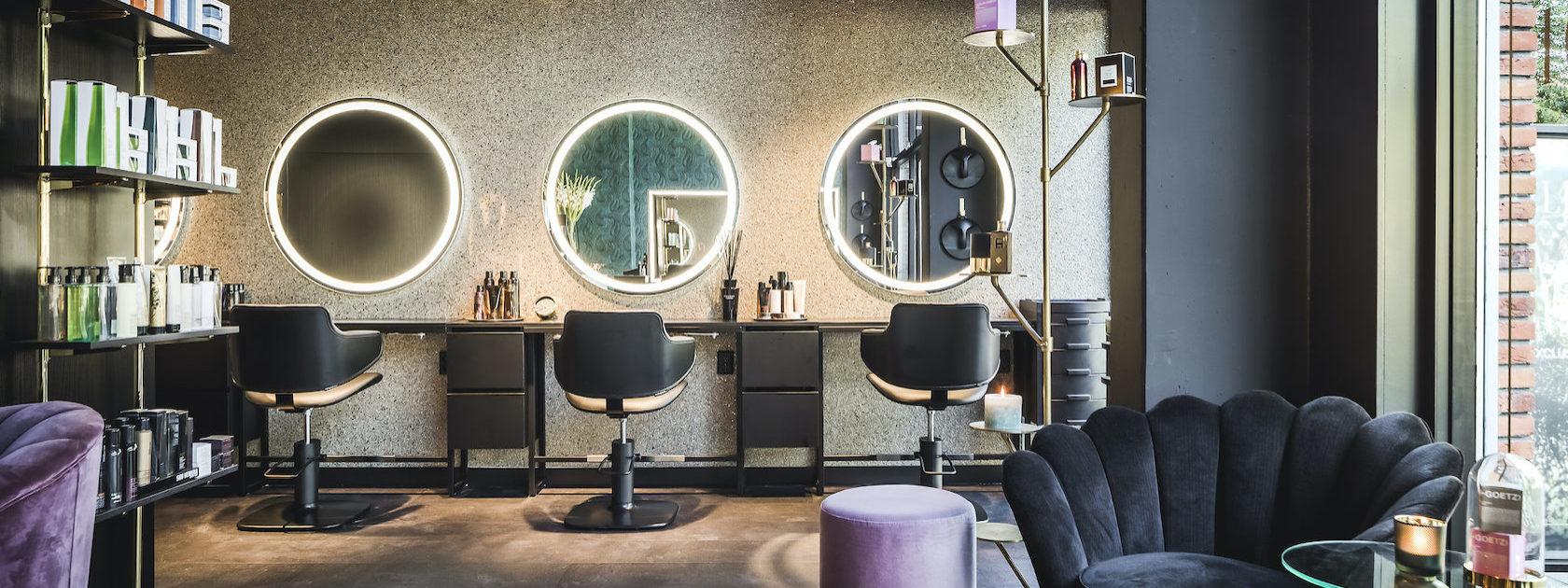 In deze prachtige zaak kan je niet alleen terecht voor je nagels en andere fijne lichaamsbehandelingen, je kan hier ook naar de kapper.