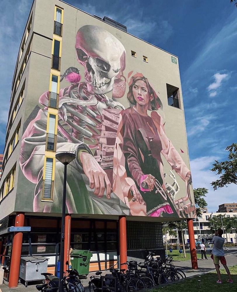 op de Korte Hillestraat, gemaakt door het Rotterdamse kunstenaars Duo Telmo (Pieper) & Miel (Krutzmann) en de Australische Sam Bates, beter bekend als Smug. Het realistische kunstwerk met een geraamte heeft als mooie boodschap: van binnen zijn we allemaal hetzelfde.