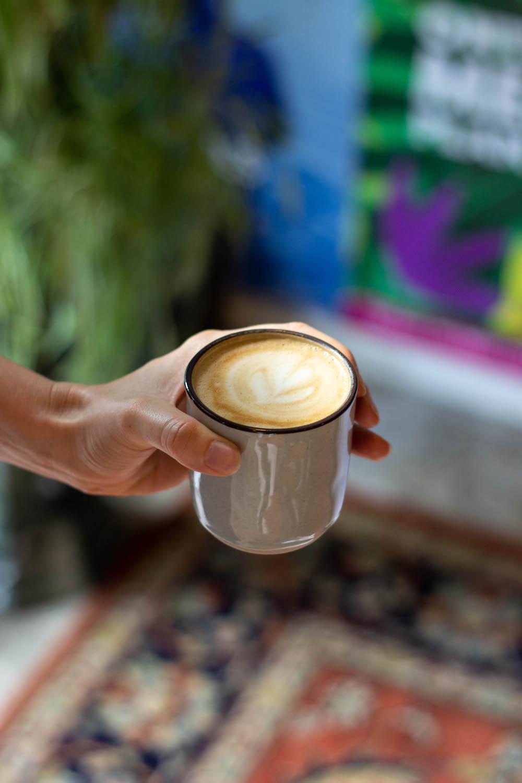 De heerlijke koffie van Bonza is van hoge kwaliteit! Daarnaast heeft Bonza echt een heel leuk interieur (denk aan leuke vintage salontafel, mooi Perzisch kleed en mooie lampen). Wat Bonza helemaal bijzonder maakt is dat je er heel goed kunt flexwerken!