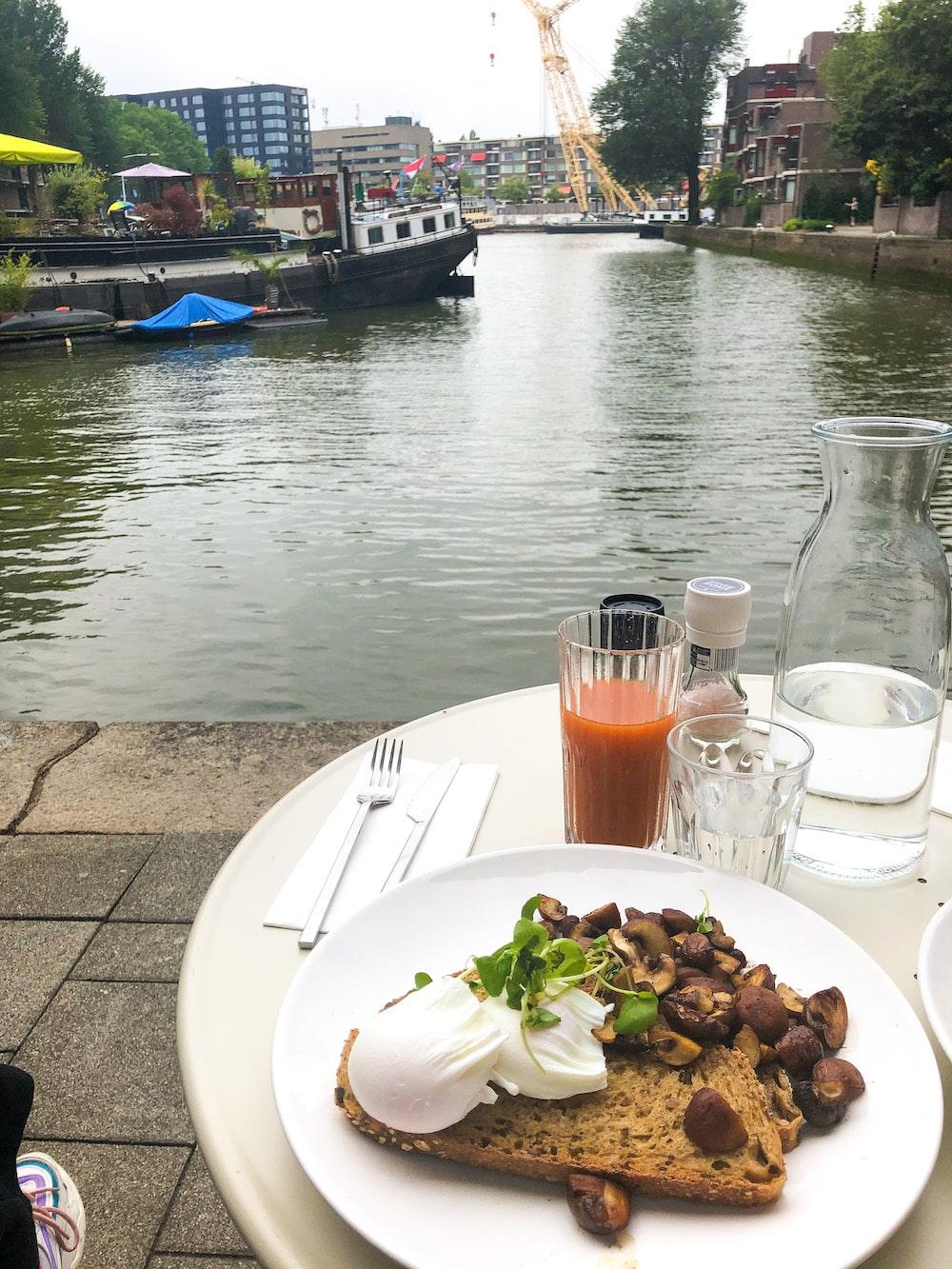 Bij Harvest Coffee Brewers kun je ontbijten, brunchen of lunchen met een prachtig uitzicht over een klein haventje in Rotterdam. Het terrasje is klein, dus er is niet altijd plek, maar binnen zit je ook hartstikke gezellig.