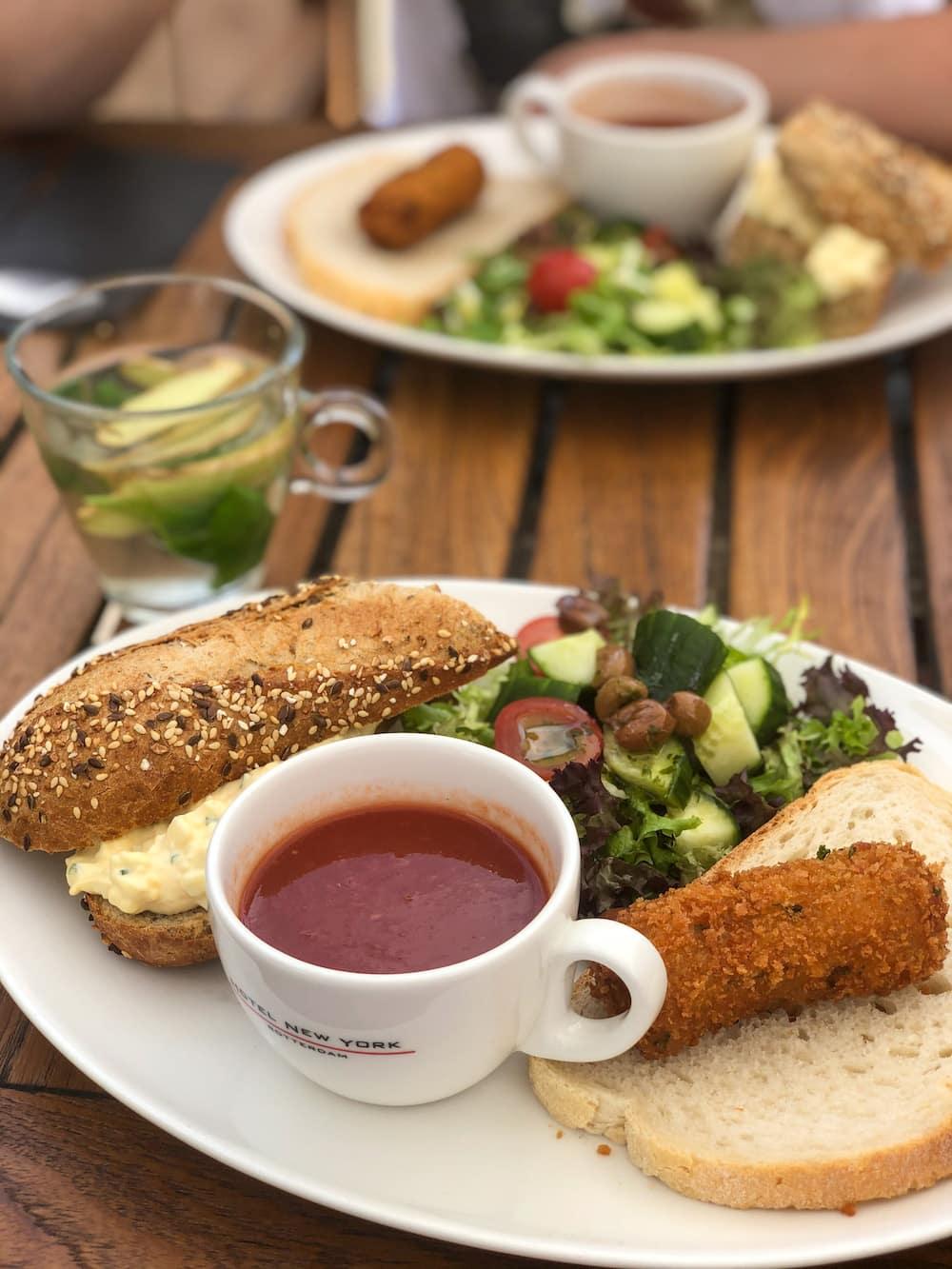 Bij Hotel New York in Rotterdam kun je uitgebreid lunchen. Er staat dan ook echt van alles wat op hun menukaart. Elk halfjaar verandert hun menu gedeeltelijk en zo staan er altijd verrassende (seizoensgebonden) gerechten op het menu, maar ook echte klassiekers. Een favoriet van ons is zeker de vegetarische Chef's Lunch, met een soepje, paddenstoelenkroket en een broodje eiersalade!