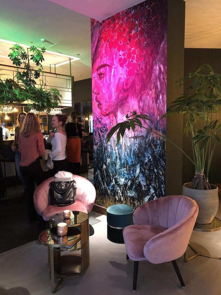 De lekkere gerechten van JAQ in Rotterdam zijn gemaakt met pure, eerlijke ingrediënten en ook voor vegans en vegetariërs staat er iets op het menu. Bestel bijvoorbeeld de avocado- of halloumi sandwich, JAQ's aardpeer en peterseliewortel of de Buddha Bowl met soep of salade.Het prachtige interieur van dit Rotterdamse restaurant is al een reden voor een bezoekje. De industriële betonnen vloer wordt speels gecombineerd met comfortable fluwelen stoelen. Verder zijn er kleurrijke muurschilderingen, veel mooie gouden details en een grote spiegelwand.