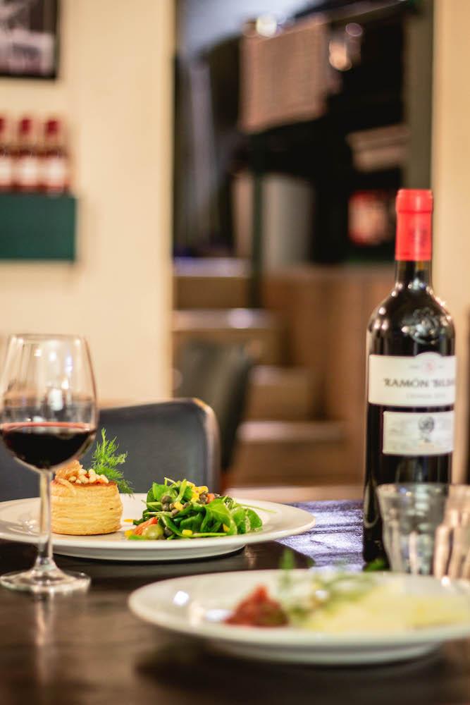 Bij Cazuela eet je heerlijke tapasgerechten! Bestel een heerlijk wijntje erbij en je kunt ultiem genieten.