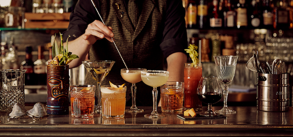 In het souterrain van het welbekende Hotel New York in Rotterdam, vind je restaurant en tevens cocktailbar NY Basement. De cocktailkaart bestaat uit hun persoonlijk gekozen favorieten, die regelmatig wisselen. Denk aan de klassiekers met een eigen twist, of de NY Basement originals.