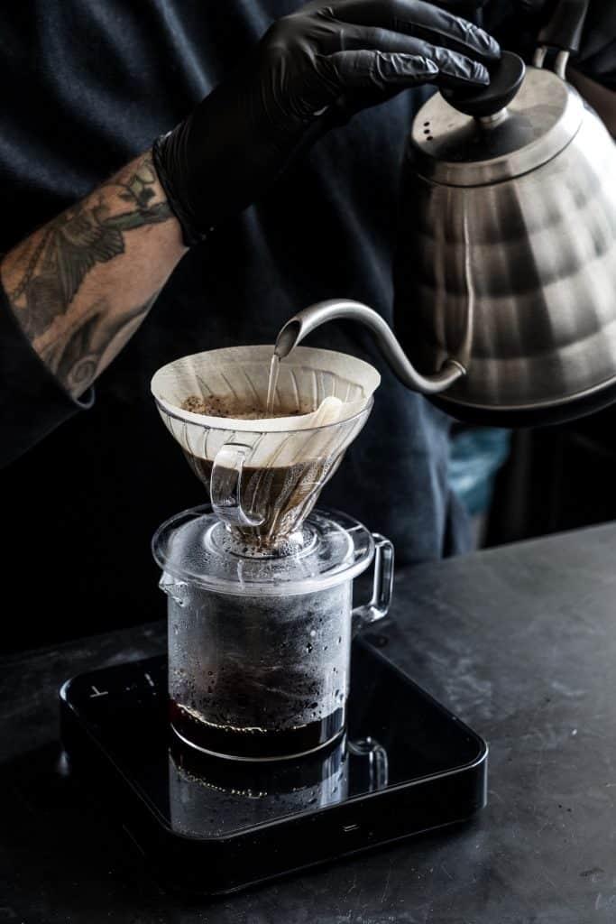 Als je in Rotterdam West bent en op zoek bent naar een lekker bakje koffie, loop dan binnen bij ROAST. Hier hebben ze echt verstand van hun koffie en kun je ook nog eens lekker ontbijten.