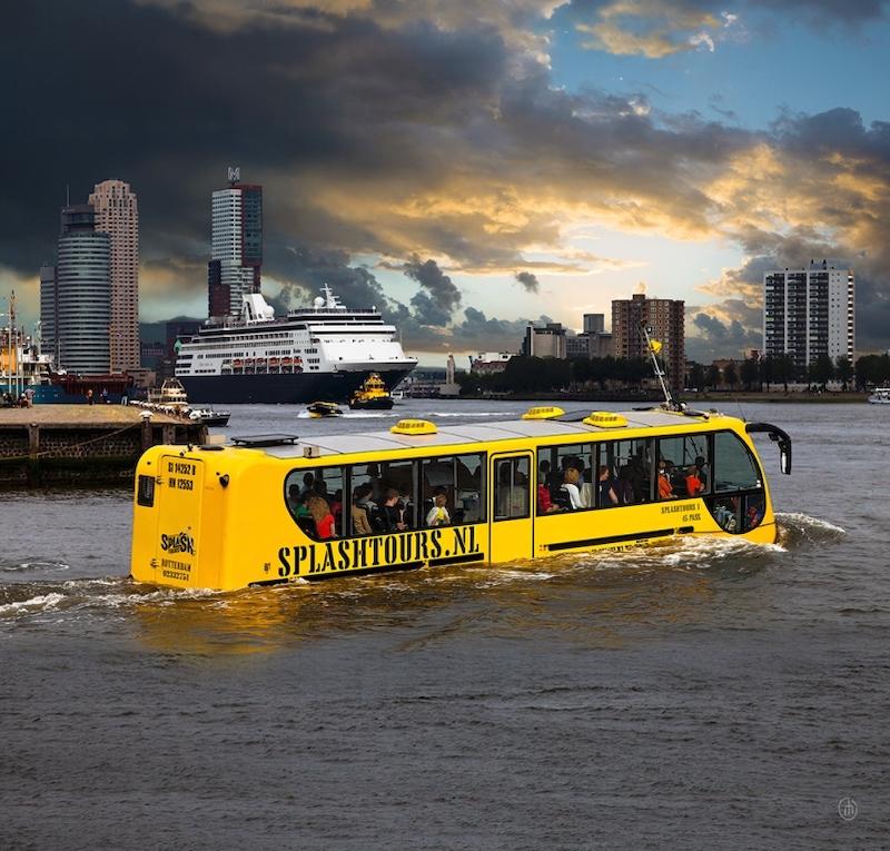 Het lijkt misschien op een normale bustour, die je langs de meest bijzondere plekjes van Rotterdam brengt, maar dat is niet het enige! Tijdens de tour neemt de bus letterlijk een duik in de Maas. De bus vaart verder en laat je de stad vanaf het water zien. Je kan hier een kaartje kopen om mee te gaan met de deze knalgele varende bus.