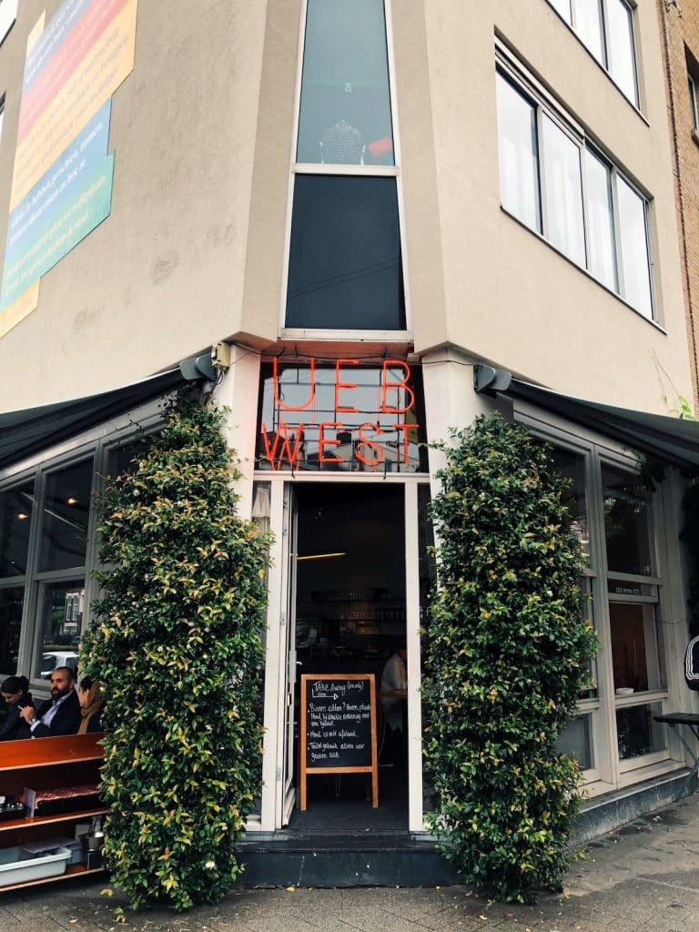 Op de Nieuwe Binnenweg in Rotterdam zit de Urban Espresso Bar, een echte koffiebar met een eigen UEB blend. Naast het lekkere ontbijt, de lunch en de taarten, is dit een top plek voor goede koffie in Rotterdam.