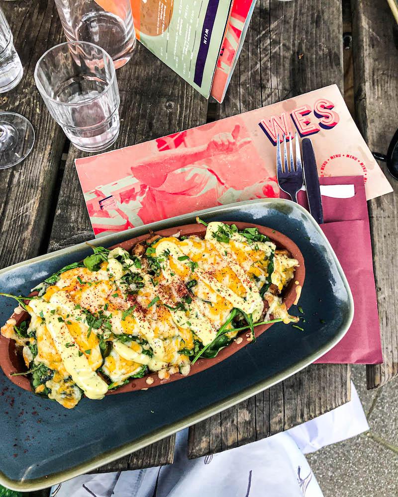 Met de huisgemaakte verse gerechten bij WES Eettentje, geïnspireerd op de smaken van Tel Aviv, zit je hier als hummus-lover helemaal goed.