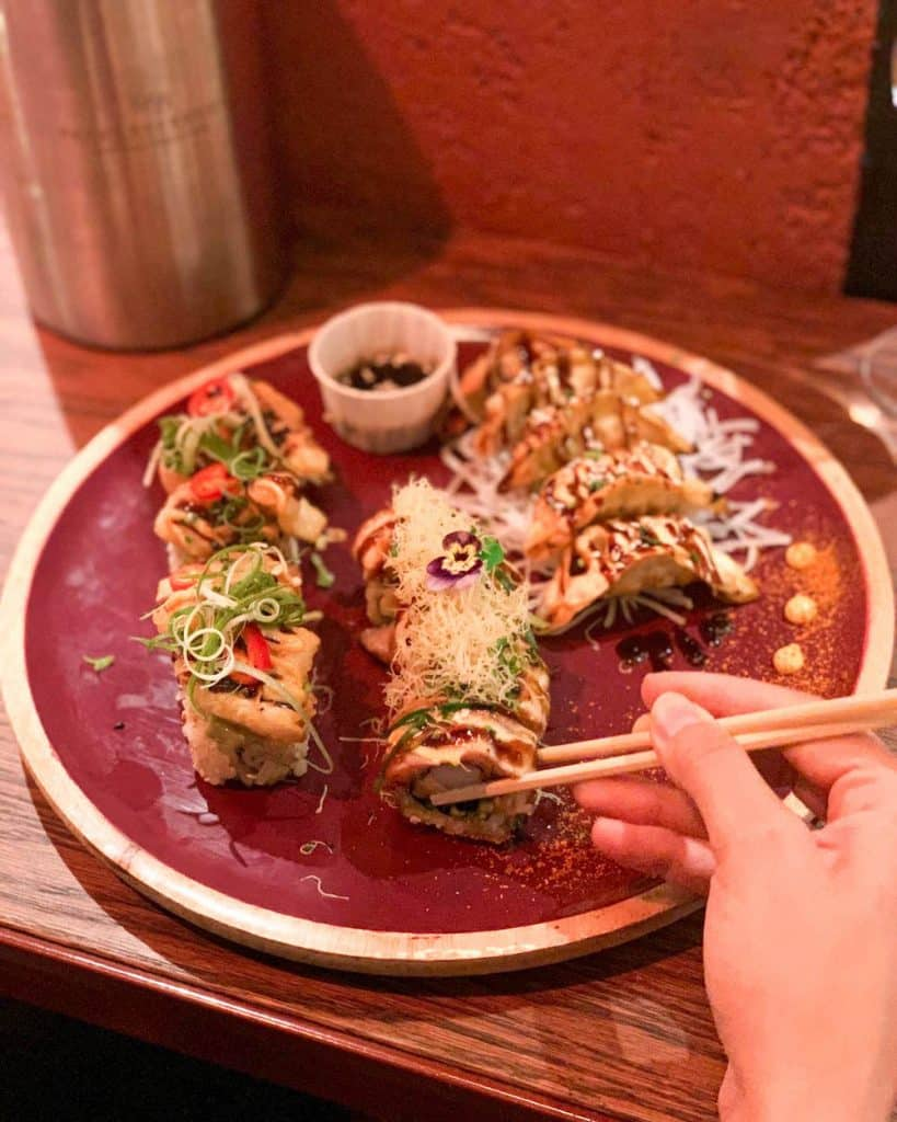 In de Foodhallen staat de kleurrijke Mori Sushi kraam. Hier bestel je de lekkerste sushi en dumplings!