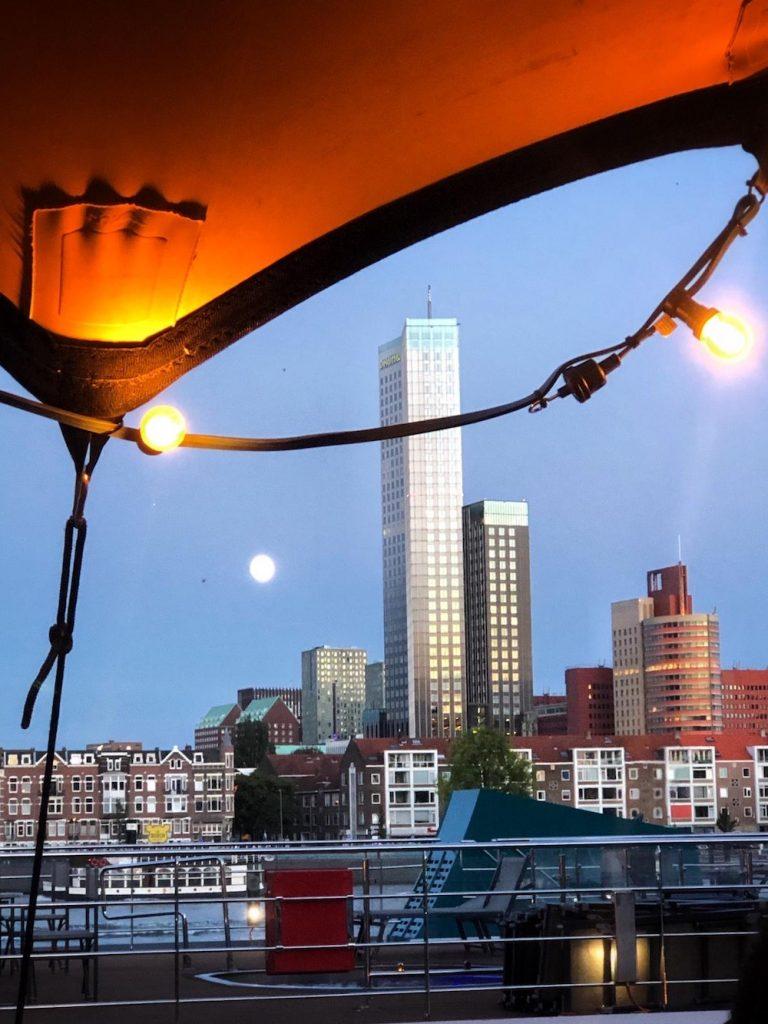 Een nieuwe pop-up bar in Rotterdam waar je naartoe wilt voor de drankjes en het uitzicht: Palmboompjes pop-up bar.