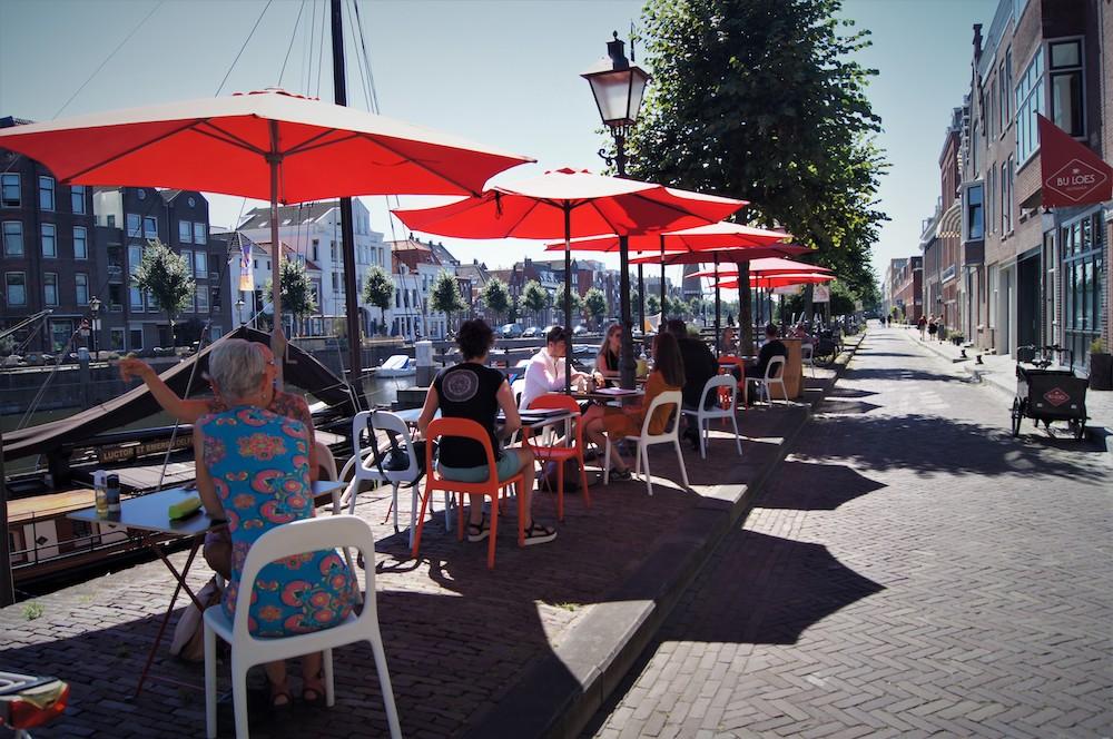 Het mooie terras van Bij Loes Delfshaven is een fijne plek om te zitten tijdens een zonnige dag in Rotterdam.