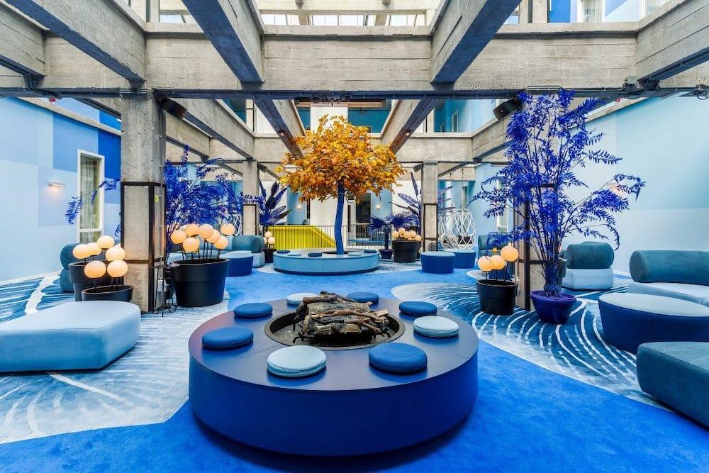 Bij Hotel Bruno verblijf je in de meest kleurrijke kamers die wij ooit hebben gezien, gevestigd in een voormalig pakhuis voor thee van de Verenigde Oost-Indische Compagnie. Het hotel telt 217 kamers en hebben allemaal elementen van de zeevaart en astronomie erin verwerkt, op een manier die je misschien niet direct verwacht!