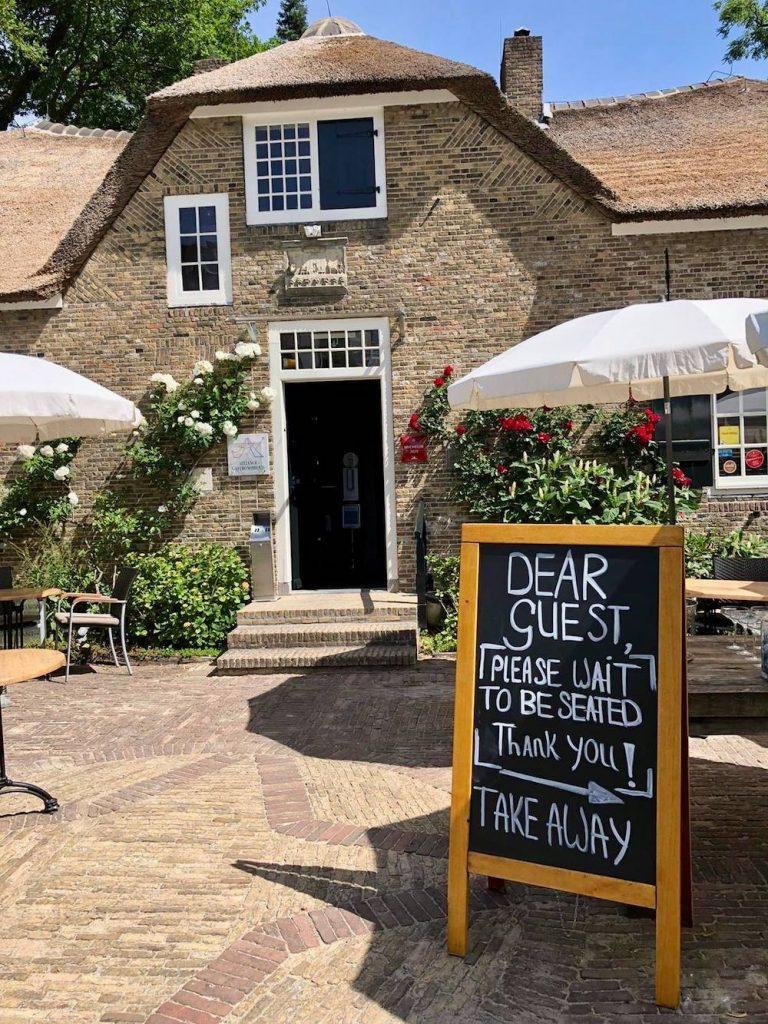 In Den Rustwat is een echte oase van rust. Hier kun je helemaal bij komen terwijl je geniet van hun Bib Gourmand menu. Het restaurant is gevestigd in een prachtig historische, gerestaureerde herberg in Kralingen.
