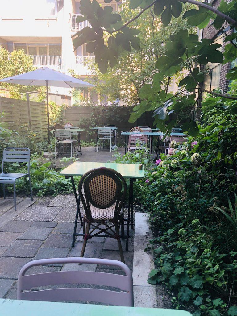 De tuin van MAAK - Rotterdam in Delfshaven. Met mooi weer kan je hier heerlijk zitten!