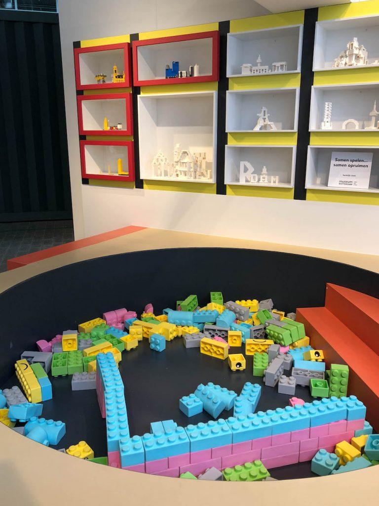 In Kids Town van Museum Rotterdam kunnen kinderen lekker bouwen met de bouwstenen! Zo kunnen ze hun eigen metropool bouwen.