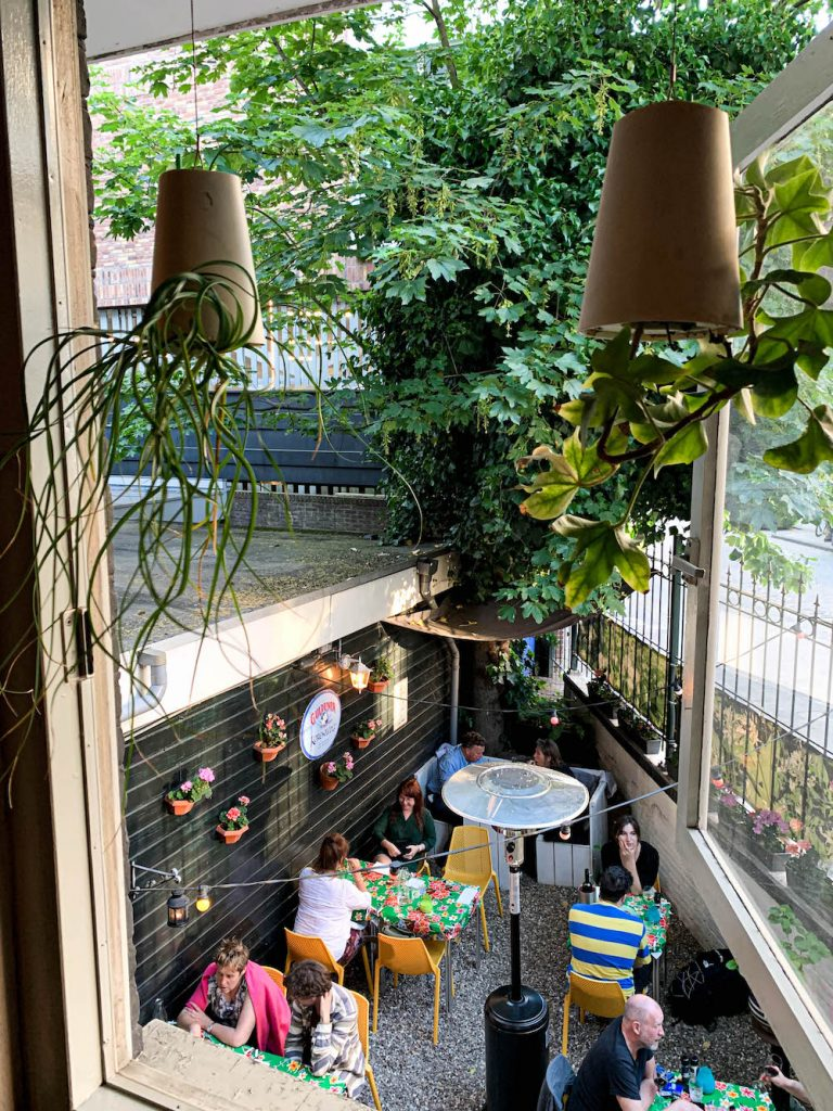 De gezellige tuin van Knoflookrestaurant look