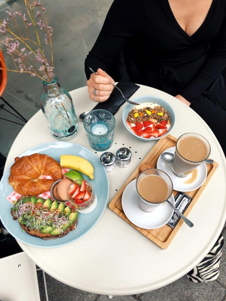 Het ontbijtplankje en soya yoghurt met fruit bij the bellhop hotel. En bestel er gelijk een lekkere chai latte of ander drankje bij.