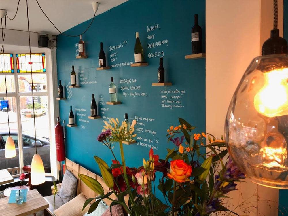 De blauwe wand bij Wijnbar de Avonden, een fijne wijnbar in Rotterdam.