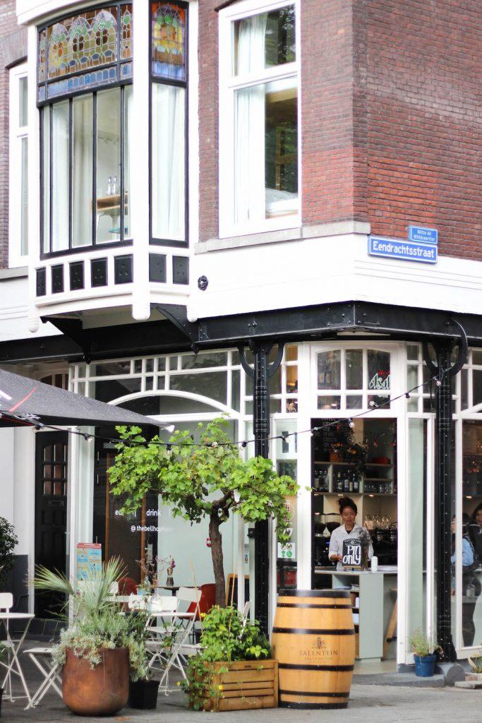 Het gebouw van the bellhop hotel op de Witte de Withstraat. Kijk het mooie glas in lood!