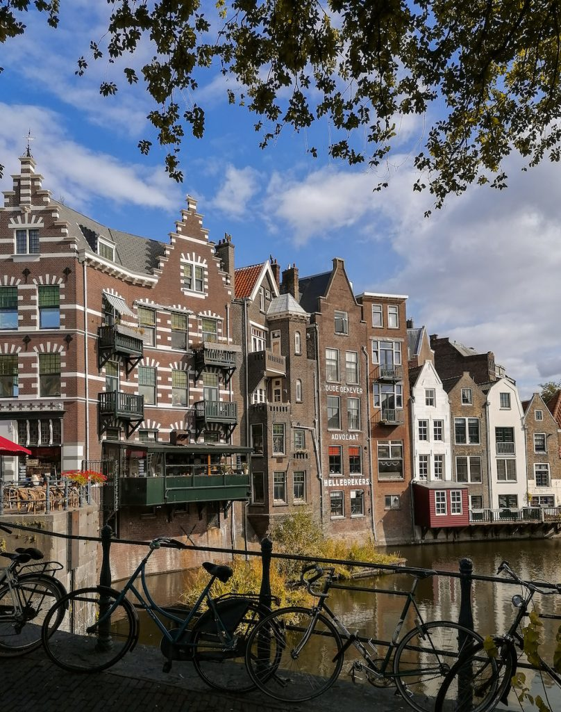 Historisch Delfshaven is een mooi gebied in Rotterdam. Bewonder de jachthaven met mooie oude hoge herenhuizen en leuke cafetjes.