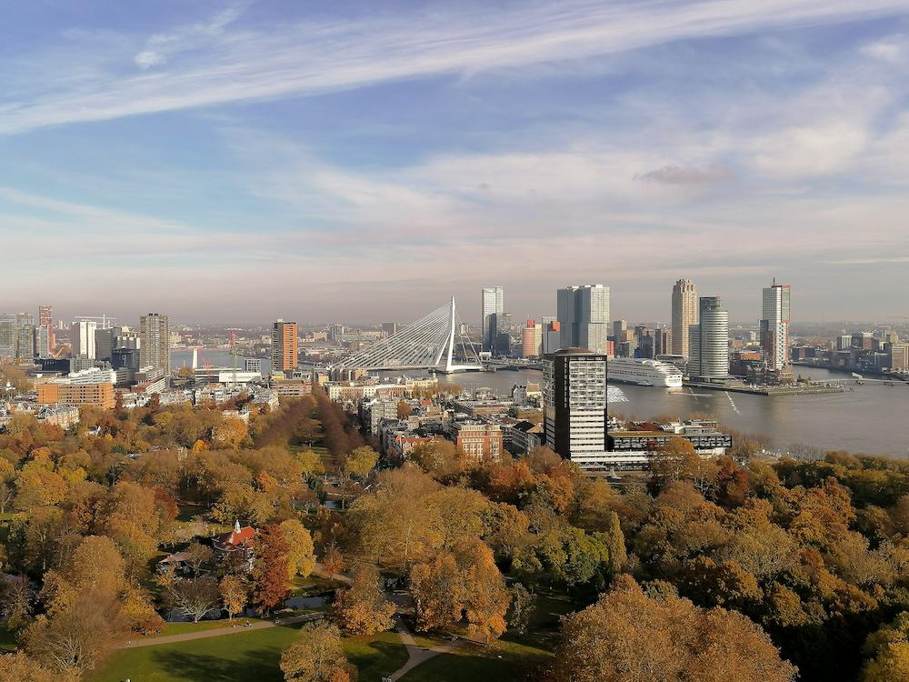 Wil je mooie herfstfoto's maken in Rotterdam? Bezoek dan eens de Euromast om Het Park van bovenaf te bekijken en zo de herfstkleuren van de bladeren te bewonderen.