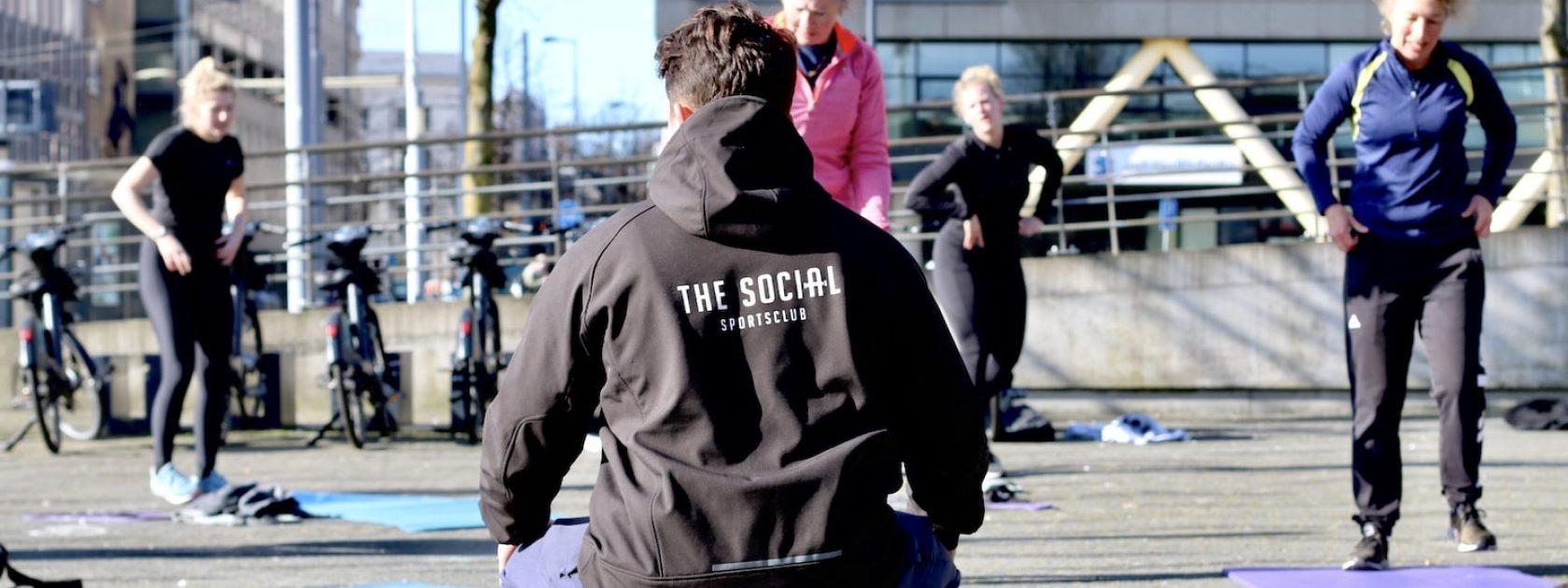 Buiten sporten in Rotterdam doe je bij The Social Club! Met een prachtig uitzicht over de Maas werk je hier in een groep aan een sterk en gezond lichaam.