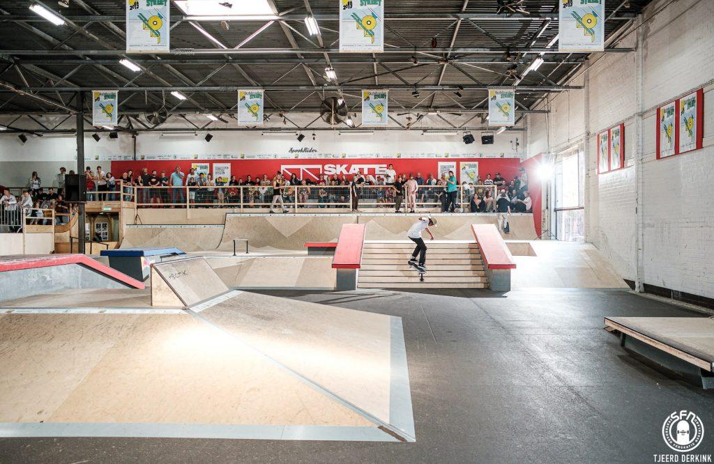 Op regenachtige dagen is buiten skaten niet altijd leuk, maar een tripje naar Rotterdam Zuid is zo gemaakt. Over het water vind je Skateland Rotterdam, hét indoor park van deze regio.