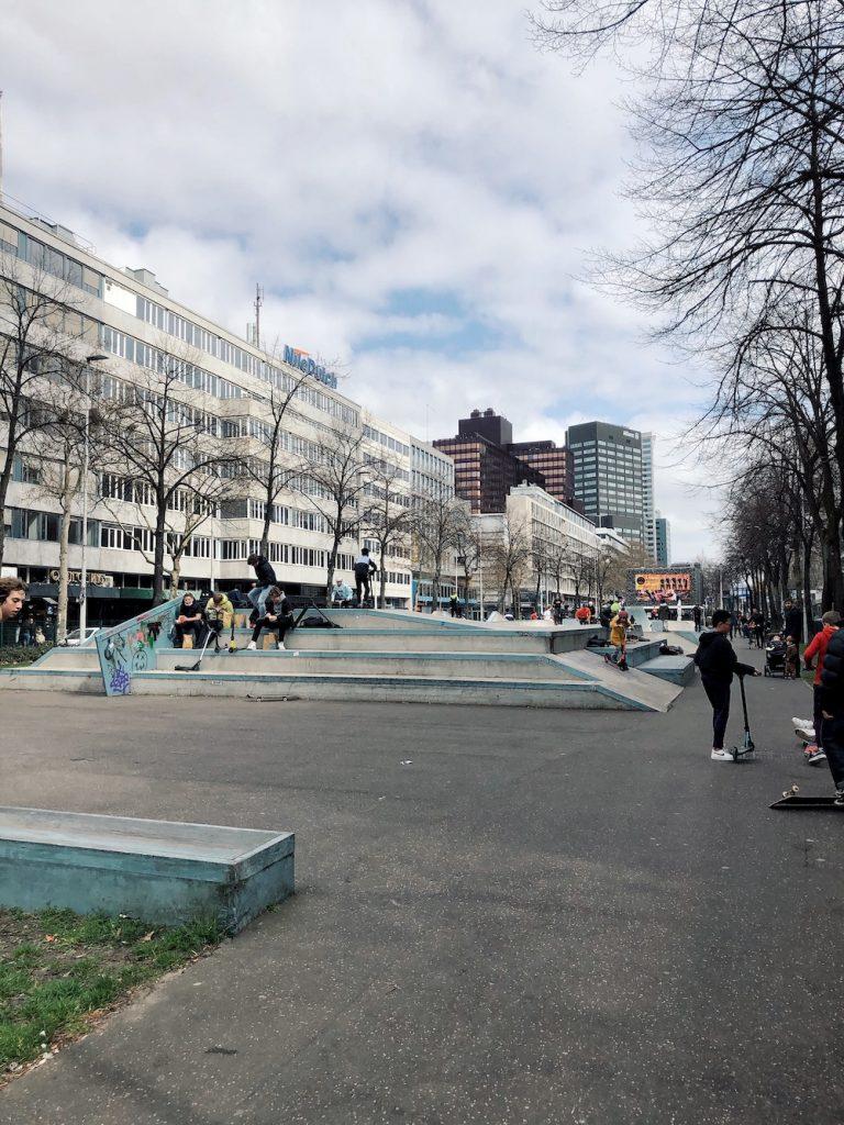 Voor wie kicks en flips wil oefenen is Skatepark Westblaak (pal in het centrum van de stad) een prima plek. Dit park is in 2016 vernieuwd. Het 1200m2 tellende betonnen skatelandschap is samen met de gebruikers ontworpen door Finse designer Janne Saario.