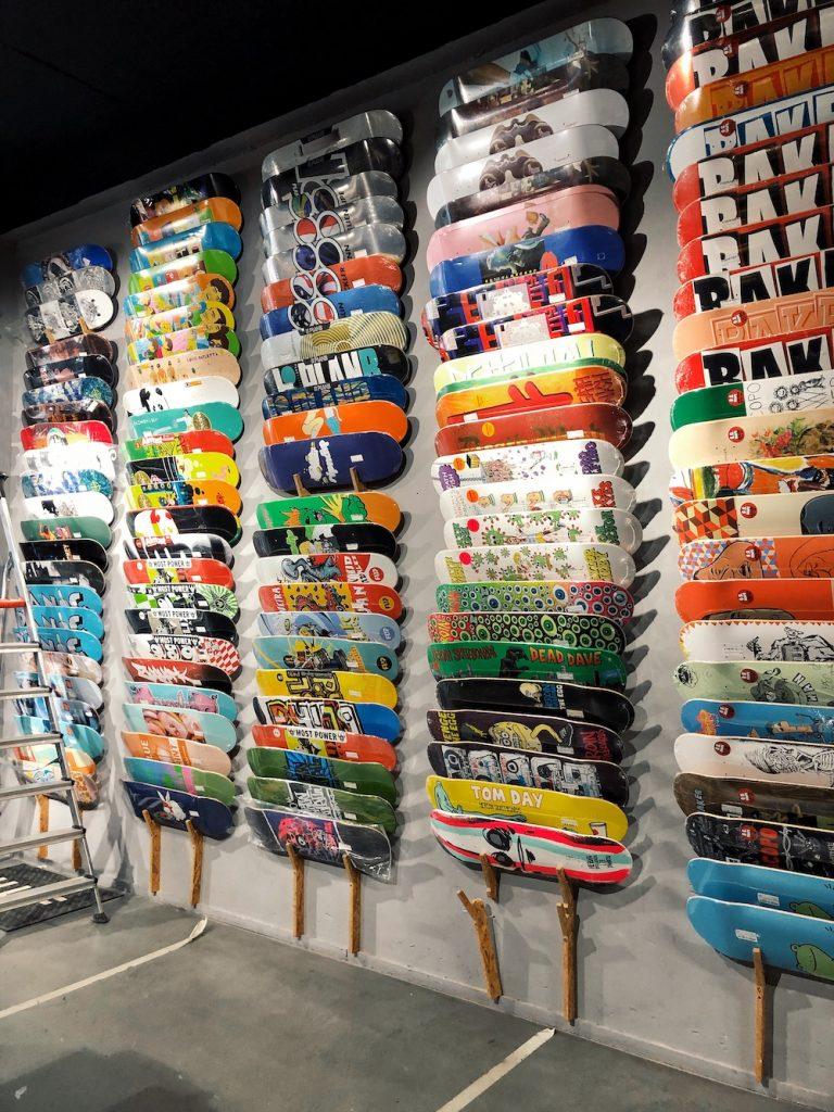 Aan de Westblaak 28 vind je de perfect gelegen (tegenover Skatepark Westblaak) Skatestore Rotterdam. Naast een enorm aanbod aan schoenen en kleding heeft deze winkel het grootste aanbod skateboards en hardware van Nederland. Ze zijn van maandag t/m zondag geopend.