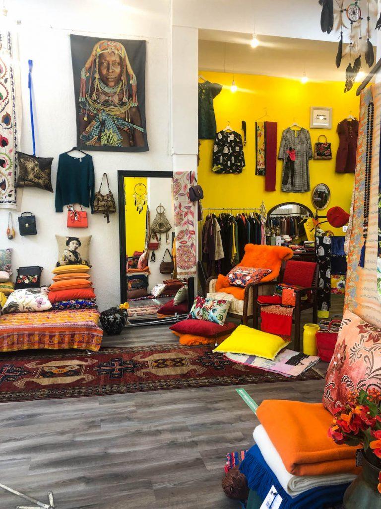 Deze kleurrijke winkel kan je vinden op de Schiedamse Vest, een zijstraat van de Witte de Withstraat.