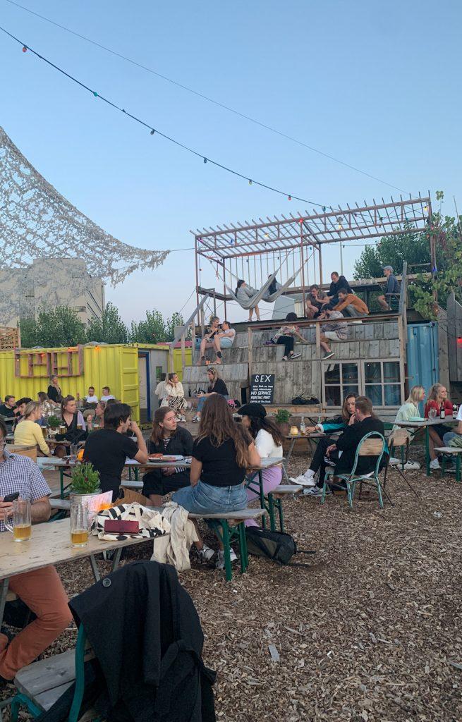 Keilecafe is een permanent festival in Rotterdam West. Kom hier samen met vrienden, geniet van een drankje, houtoven-pizza's en muziek! Een heerlijke plek waar je heel de dag terecht kan.